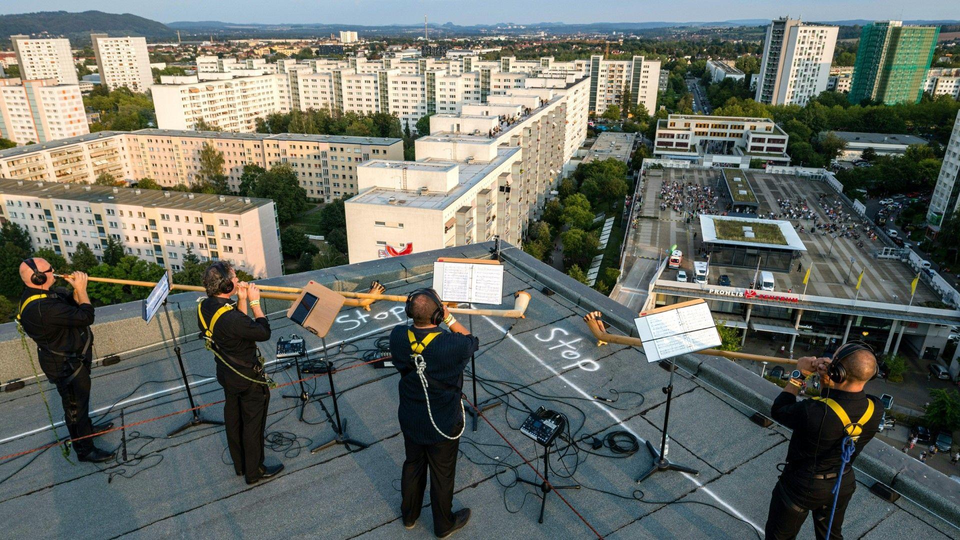 Alphornkonzert von oben: Dresdner Sinfoniker spielen auf Plattenbauten