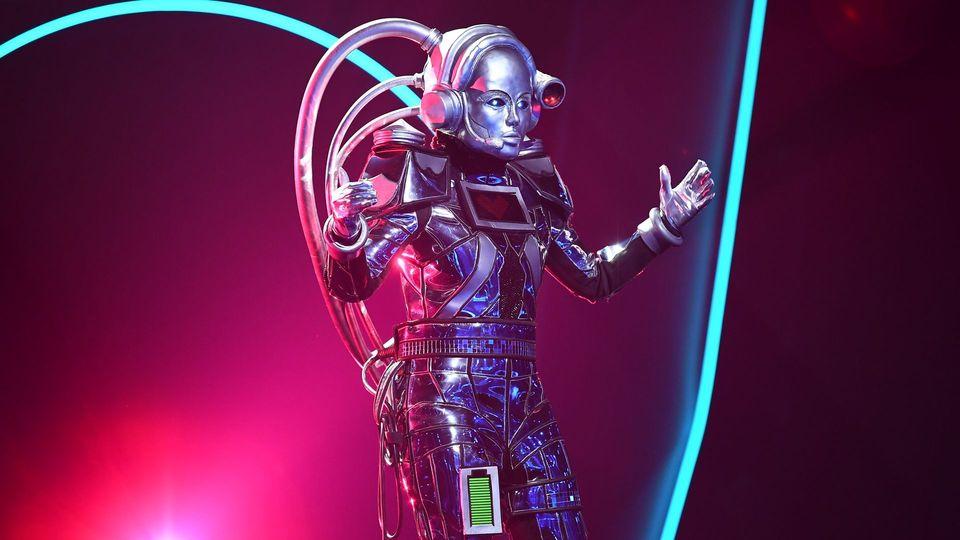 THE MASKED SINGER - Roboter überzeugt mit 'Arcade' von Duncan Laurence