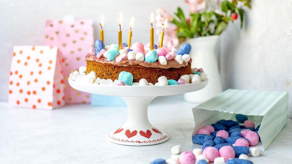Sweet & Easy - Bunter Partykuchen mit Schokoladen-Schmand-Creme